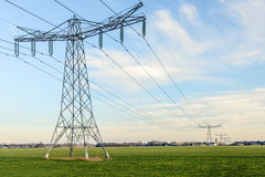 Rangée des pylônes de puissance dans un paysage néerlandais rural Images stock