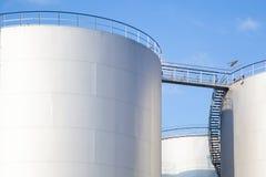 Rangée des réservoirs d'huile paraffinée Images libres de droits