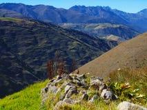 Rangée des roches empilées qui se dirigent vers les montagnes Image libre de droits