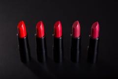 Rangée des rouges à lèvres rouges lumineux Image stock