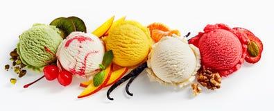 Rangée des scoops de crème glacée  Image stock