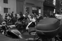Rangée des scooters garés sur la route photographie stock libre de droits