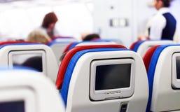 Rangée des sièges avec des moniteurs à l'intérieur de des avions Photographie stock