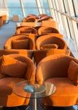 Rangée des sièges ou des chaises amortis par des fenêtres Photographie stock libre de droits