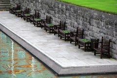 Rangée des sièges près de la piscine dans le jardin du souvenir, Dublin, Irlande, automne, 2014 Photo stock