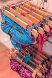 Rangée des soutiens-gorge accrochant dans le magasin de mode de sous-vêtements de lingerie Soutien-gorge dans le centre commercia photos stock