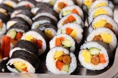 Rangée des sushi de futomaki de nori dans le plateau Photographie stock libre de droits