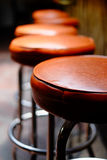 Rangée des tabourets de bar vides Photographie stock