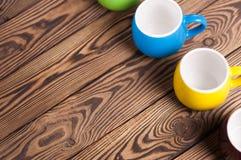 Rangée des tasses propres en céramique vides colorées images libres de droits
