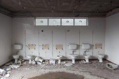Rangée des toilettes heurtées Photo libre de droits
