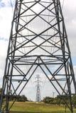 Rangée des tours électriques de transmission dans le Texas Photos stock