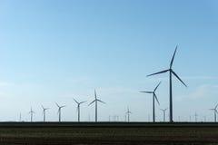 Rangée des turbines de vent à une ferme de vent Photos stock