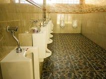 Rangée des urinoirs dans la pièce de toilette des hommes Images stock