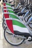 Rangée des vélos identiques pour le loyer au défilé le Jour de la Déclaration d'Indépendance aux EAU Image libre de droits