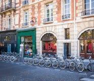 Rangée des vélos pour le loyer sur le stationnement de bicyclette photo stock