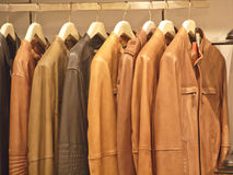 Rangée du manteau en cuir Photos stock