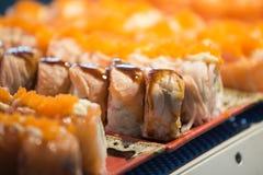 Rangée du sashimi saumoné Photo stock