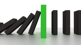 Rangée en baisse de domino avec le morceau vert d'arrêt sur le bureau Photographie stock