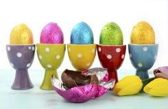 Rangée heureuse de Pâques des oeufs de chocolat Photographie stock libre de droits