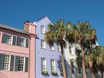 Rangée historique d'arc-en-ciel à Charleston, Sc Photo libre de droits