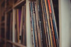 Rangée jouante de vinyle du vintage 33 longue sur l'étagère Photo libre de droits