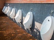 Rangée moderne d'urinoirs Photo stock