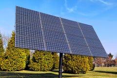 Rangée photovoltaïque de panneaux solaires d'énergie électrique Photo libre de droits