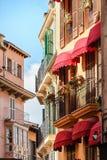 Rangée pittoresque des maisons avec les balcons espagnols typiques près du marché en Palma de Mallorca, Espagne image libre de droits