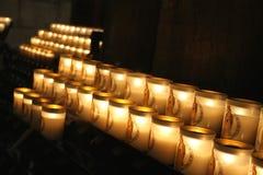 Rangée rougeoyante des bougies votives, Notre Dame Cathedral, Paris Images stock