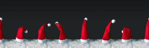 Rangée sans couture des chapeaux rouges de Santa Claus photo stock