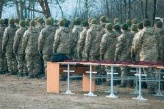 Rangée uniforme militaire de soldat de défilé d'armée, presentment des chapeaux rouges photos stock