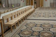 Rangée vide des chaises en bois d'enfants dans la chambre de musique avant célébration en partie de attente de théâtre de variété images stock