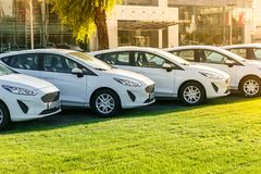 Rangée voitures blanches des toutes neuves en stock au concessionnaire automobile photos stock
