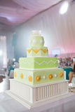 Rangées chiques du gâteau de mariage quatre couleurs de pistache dans le style grec Images libres de droits