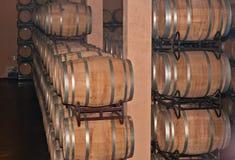 Rangées de baril de chêne de vin rouge dans la cave de l'établissement vinicole en Espagne photographie stock