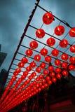 Rangées de belles lanternes rouges remplissant ciel photo libre de droits