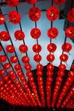 Rangées de belles lanternes rouges remplissant ciel Images libres de droits