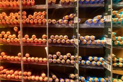 Rangées de crayon de couleur classées par catégorie photo stock