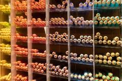 Rangées de crayon de couleur classées par catégorie image stock