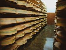 Rangées de fromage dans la cave à une petite fromagerie image stock