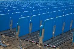 Rangées de l'allocation des places dans le bleu Image libre de droits