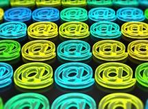 Rangées de lampe au néon vitreuse de symboles, de vert, jaune et bleue d'email Photo stock