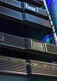 Rangées de matériel de serveur au centre de traitement des données Photo stock
