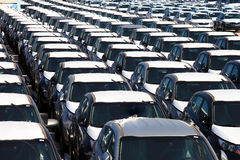 Rangées de nouvelles voitures Photos stock