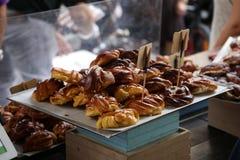 Rangées de pâtisserie délicieuse fraîchement cuite au four photos libres de droits