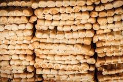 Rangées de pain frais sur le marché. photo libre de droits