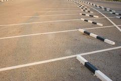 Rangées de parking vide de voiture de l'espace à extérieur Photos libres de droits