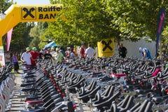 Rangées de rotation stationnaires de vélos Photo stock