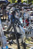 Rangées de rotation stationnaires de vélos Images libres de droits