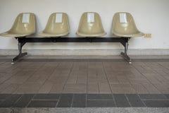 Rangées de sièges vides sur le passage couvert d'intérieur photographie stock libre de droits
